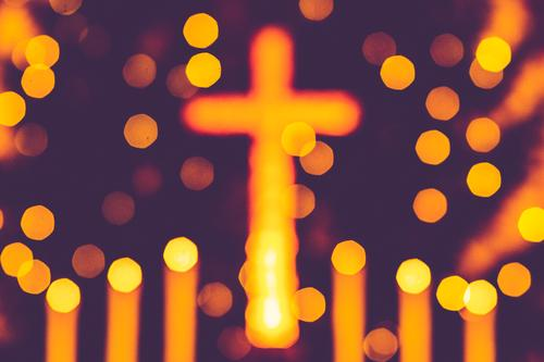 leuchtendes Kreuz mit Kerzen und Weihnachtsbaum als Alter Bokeh Weihnachten & Advent Zeichen retro gelb violett Hoffnung Tradition Altar Hintergrundbild