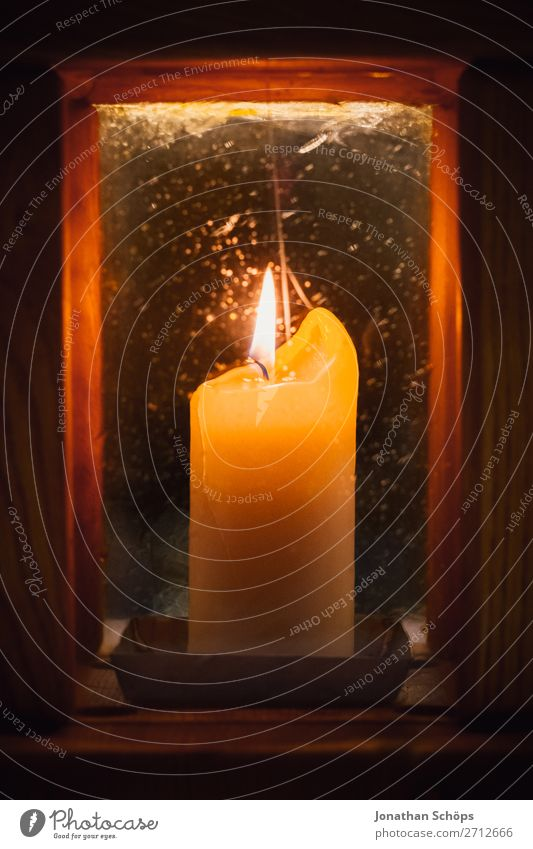 brennende Kerze in Laterne als Zeichen für Hoffnung Weihnachten & Advent Religion & Glaube Licht Symbole & Metaphern Tradition Christentum Beleuchtung leuchten