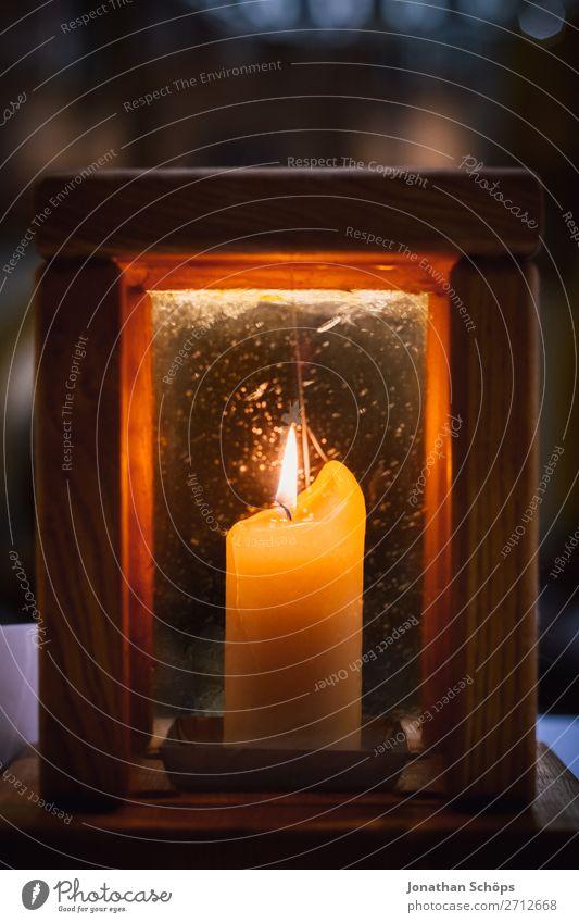 brennende Kerze in Laterne als Zeichen für Hoffnung Weihnachten & Advent Religion & Glaube leuchten Kirche Symbole & Metaphern Tradition Stillleben Christentum