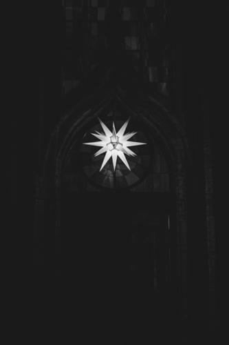 Herrnhuter Stern hängt im Advent an einer Kirche Weihnachten & Advent Hintergrundbild Religion & Glaube Fassade Dekoration & Verzierung leuchten Stern (Symbol)