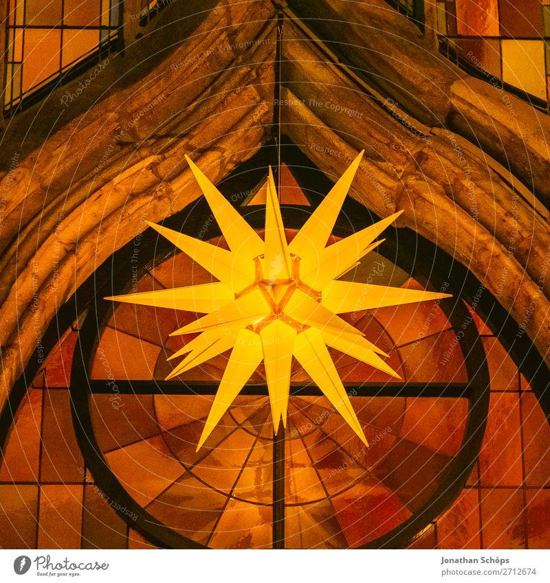 Herrnhuter Stern hängt im Advent an einer Kirche Weihnachten & Advent Fassade hängen Hoffnung Tradition Adventsstern Kirchenfenster Weihnachtsstern Christentum