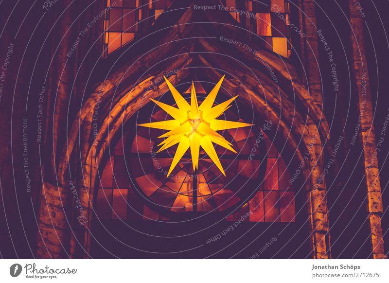 Herrnhuter Stern hängt im Advent an einer Kirche Weihnachten & Advent Fassade hängen retro gelb violett Hoffnung Tradition Adventsstern Kirchenfenster