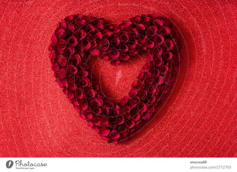 Herz aus roten Rosen auf rotem, hellem Hintergrund Valentinstag Liebe Muttertag Blume Symbole & Metaphern Feste & Feiern Ferien & Urlaub & Reisen Februar