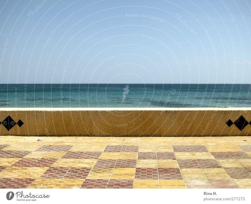 Siesta Erholung ruhig Ferien & Urlaub & Reisen Sommerurlaub Meer Wolkenloser Himmel Horizont Schönes Wetter Küste Wege & Pfade Uferpromenade Wärme blau gelb