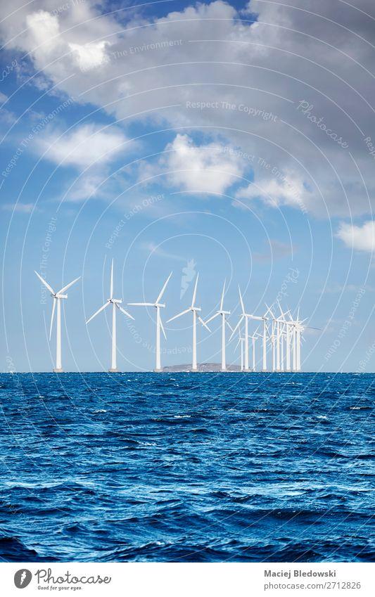Offshore-Windpark an einem sonnigen Tag Meer Industrie Energiewirtschaft Erneuerbare Energie Windkraftanlage Umwelt Natur Himmel Wolken Horizont nachhaltig