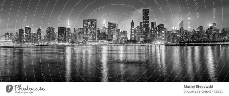 Schwarz-weißes New York City Panorama bei Nacht. Lifestyle kaufen Reichtum elegant Ferien & Urlaub & Reisen Sightseeing Städtereise Häusliches Leben Wohnung