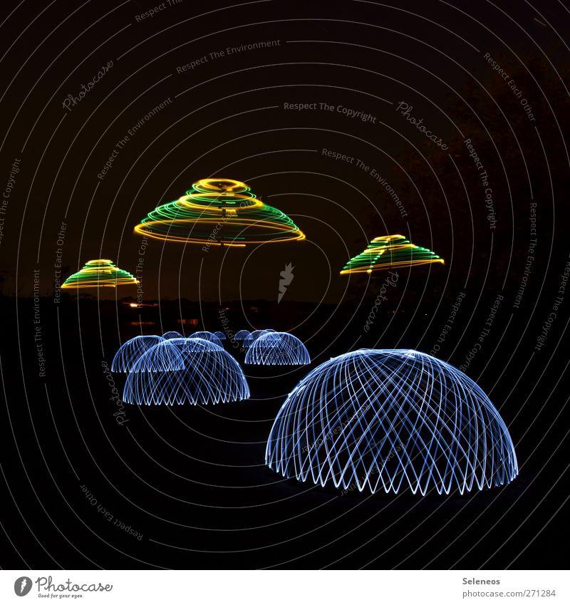 bereitet Häppchen vor. sie kommen. Himmel dunkel hell Linie außergewöhnlich Ausflug Luftverkehr leuchten Streifen Show Zeichen Veranstaltung fremd UFO