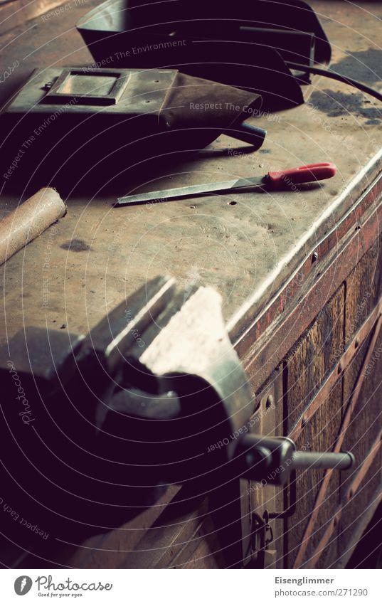Werkstatt III Schweißen Schweißgerät Schweißermaske Schutz Pfeil Werkzeug Hobelbank Sicherheit Schraubzwinge holzpfeile Metallpfeile Eisen Farbfoto