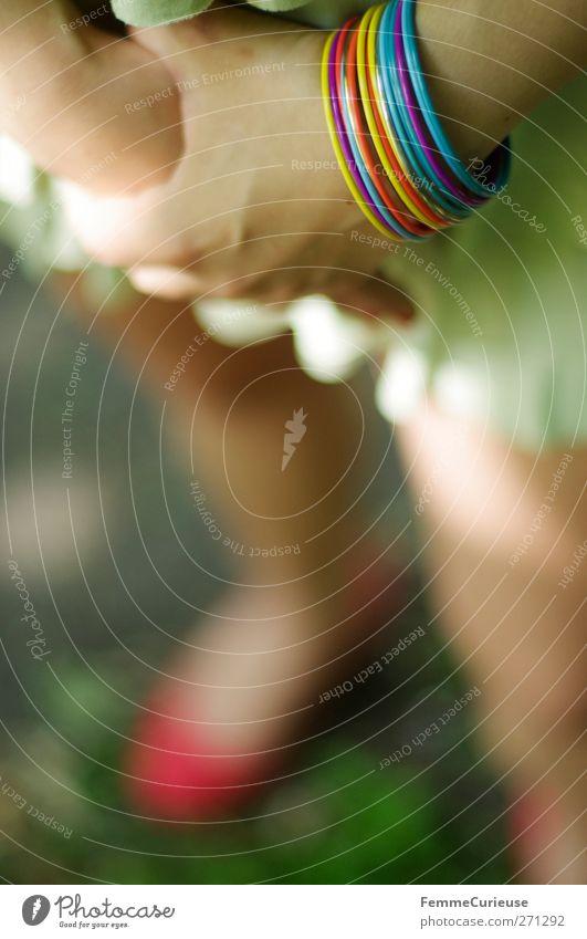 Shyness. Mensch Frau Jugendliche Hand grün schön Sommer rot Erwachsene feminin Junge Frau Stil Mode Park Angst Kindheit