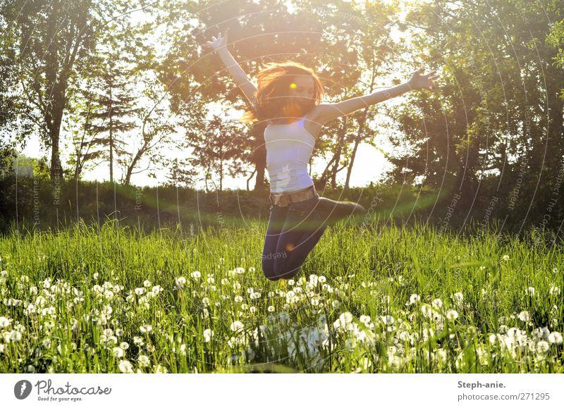Pusteblumenwiesenfreuden feminin Junge Frau Jugendliche Erwachsene Körper 1 Mensch Natur Pflanze Frühling Baum Gras Wiese genießen springen Fröhlichkeit Glück