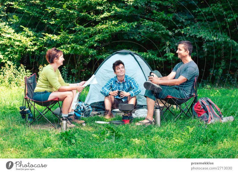 Frau Mensch Ferien & Urlaub & Reisen Natur Mann Erholung Lifestyle Erwachsene Tourismus Menschengruppe sitzen Abenteuer authentisch Landkarte Camping Zelt
