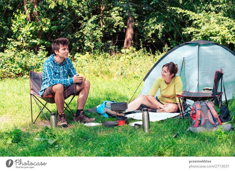 Frau Mensch Ferien & Urlaub & Reisen Natur Mann Erholung Lifestyle Erwachsene Tourismus sitzen Abenteuer Sommerurlaub Landkarte Camping Zelt Rucksack