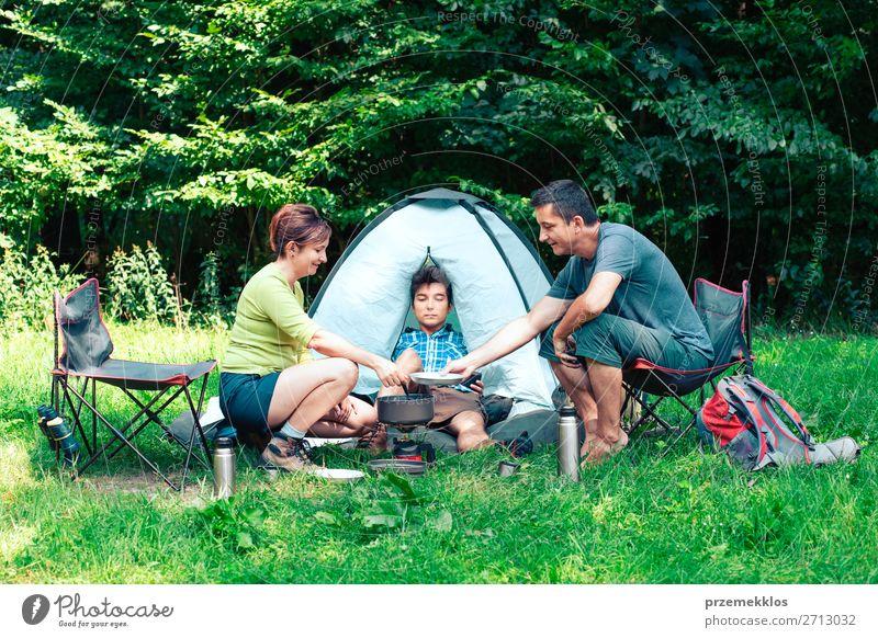 Frau Mensch Ferien & Urlaub & Reisen Natur Mann Sommer Erholung Lifestyle Erwachsene Tourismus sitzen Abenteuer Sommerurlaub Landkarte Camping Zelt