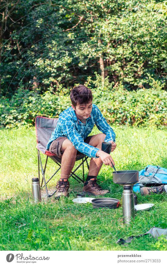 Einen Urlaub auf dem Campingplatz verbringen Lifestyle Erholung Ferien & Urlaub & Reisen Tourismus Abenteuer Sommer Sommerurlaub Mann Erwachsene Jugendliche 1