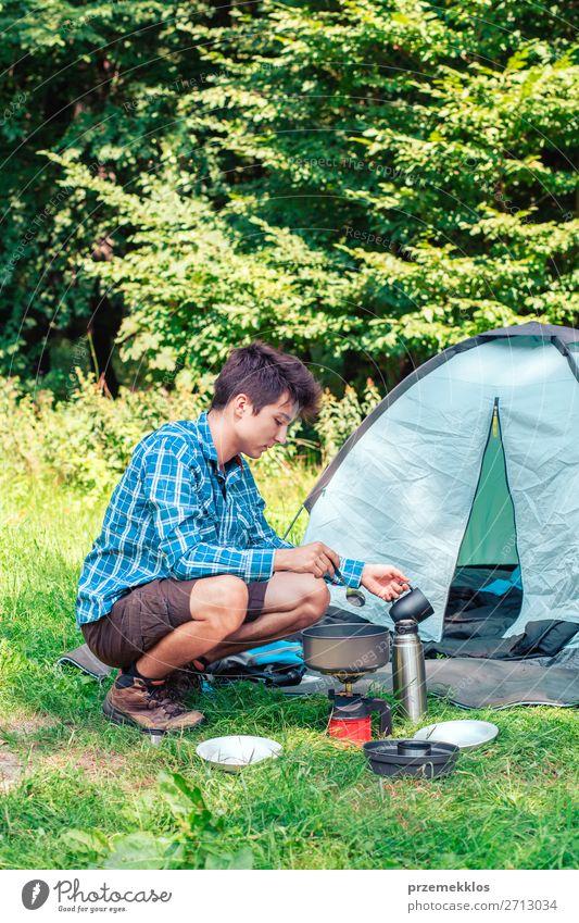 Mensch Ferien & Urlaub & Reisen Natur Jugendliche Mann Sommer Erholung Lifestyle Erwachsene Tourismus 13-18 Jahre sitzen Abenteuer Sommerurlaub Landkarte