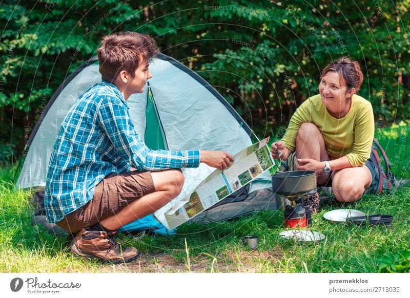 Einen Urlaub auf dem Campingplatz verbringen Lifestyle Erholung Ferien & Urlaub & Reisen Tourismus Abenteuer Sommer Sommerurlaub Frau Erwachsene Mann 2 Mensch
