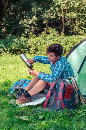 Einen Urlaub auf dem Campingplatz verbringen Lifestyle Erholung Ferien & Urlaub & Reisen Tourismus Ausflug Abenteuer Sommerurlaub Junger Mann Jugendliche