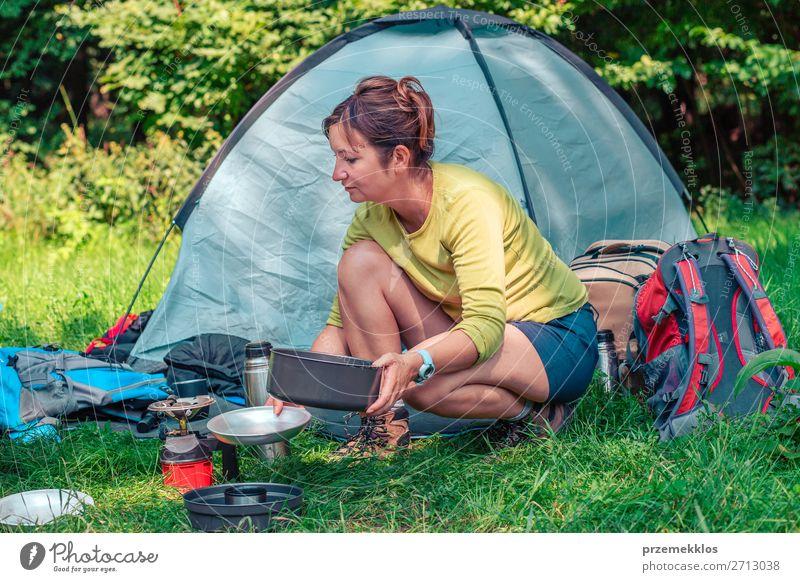 Frau Mensch Ferien & Urlaub & Reisen Natur Erholung Lifestyle Erwachsene Tourismus Ausflug sitzen Abenteuer Sommerurlaub Landkarte Camping Zelt Rucksack