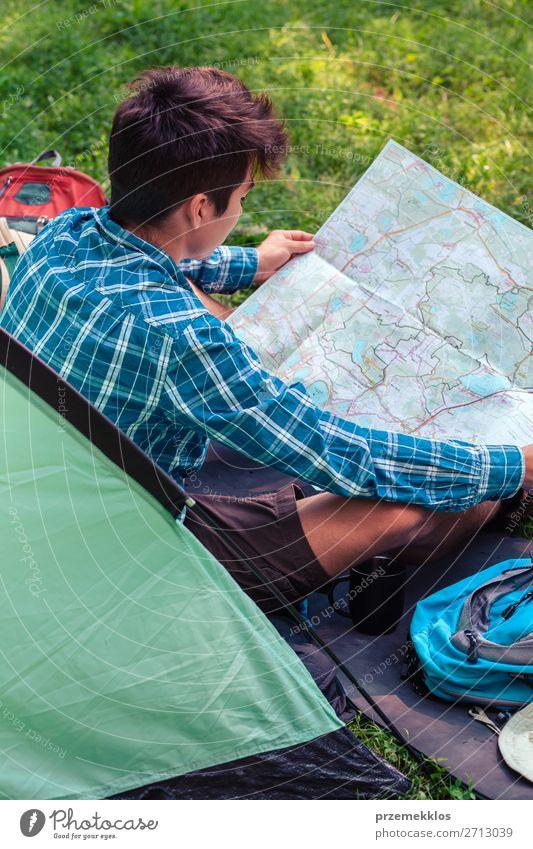 Einen Urlaub auf dem Campingplatz verbringen Lifestyle Erholung Ferien & Urlaub & Reisen Tourismus Abenteuer Junger Mann Jugendliche Erwachsene 1 Mensch
