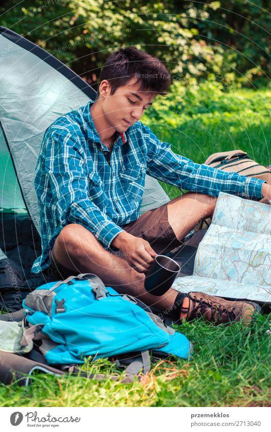 Einen Urlaub auf dem Campingplatz verbringen Lifestyle Erholung Ferien & Urlaub & Reisen Tourismus Ausflug Abenteuer Junger Mann Jugendliche Erwachsene 1 Mensch