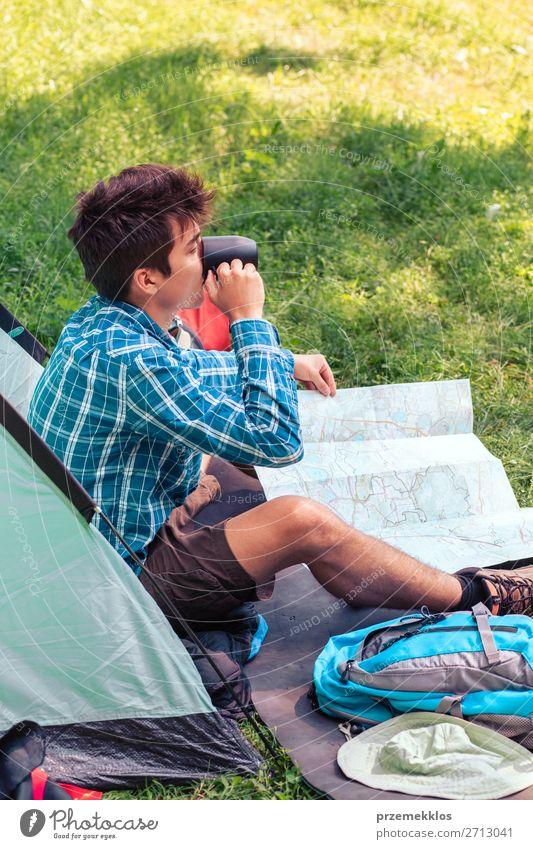 Einen Urlaub auf dem Campingplatz verbringen trinken Lifestyle Erholung Ferien & Urlaub & Reisen Tourismus Abenteuer Junger Mann Jugendliche Erwachsene 1 Mensch