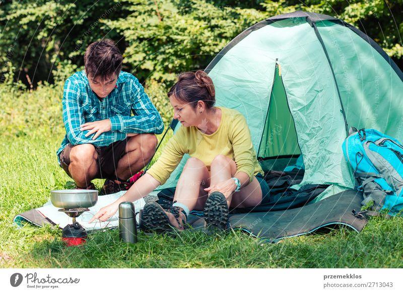 Einen Urlaub auf dem Campingplatz verbringen Lifestyle Erholung Ferien & Urlaub & Reisen Tourismus Ausflug Abenteuer Sommerurlaub Frau Erwachsene Mann 2 Mensch