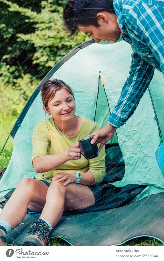 Einen Urlaub auf dem Campingplatz verbringen Lifestyle Erholung Ferien & Urlaub & Reisen Tourismus Abenteuer Frau Erwachsene Mann 2 Mensch 13-18 Jahre