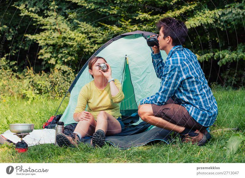 Einen Urlaub auf dem Campingplatz verbringen Lifestyle Erholung Ferien & Urlaub & Reisen Tourismus Abenteuer Junger Mann Jugendliche Frau Erwachsene 2 Mensch