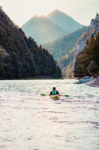 Junger Mann Kajakfahren auf dem Fluss Dunajec Lifestyle Freude Erholung Freizeit & Hobby Ferien & Urlaub & Reisen Tourismus Ausflug Abenteuer Ferne Sommer