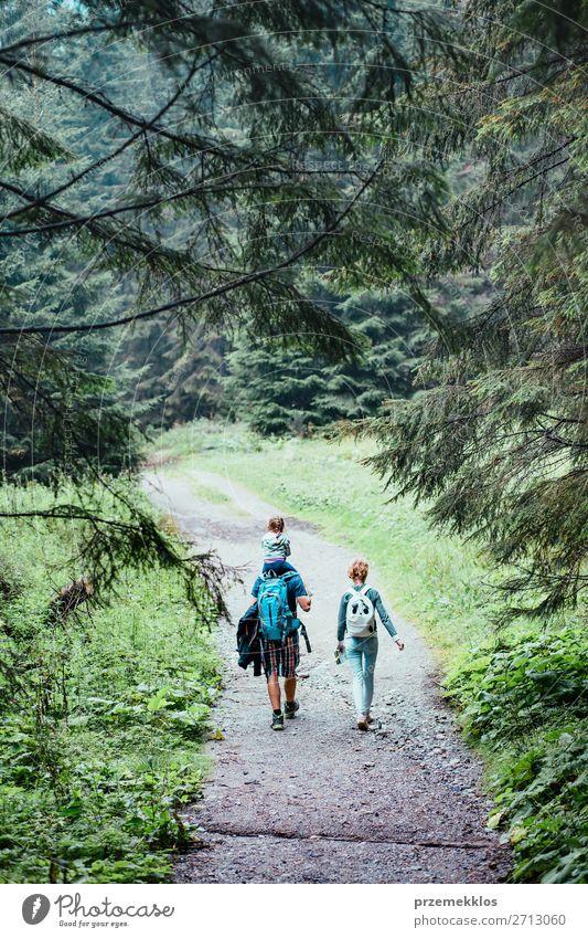 Familienurlaub auf Wanderung mit Rucksäcken Lifestyle Freude Glück Erholung Freizeit & Hobby Ferien & Urlaub & Reisen Tourismus Ausflug Abenteuer Sommer