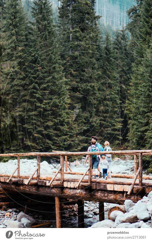 Familienwanderung über die Holzbrücke in den Bergen Lifestyle Freude Glück Erholung Freizeit & Hobby Ferien & Urlaub & Reisen Tourismus Ausflug Abenteuer Sommer