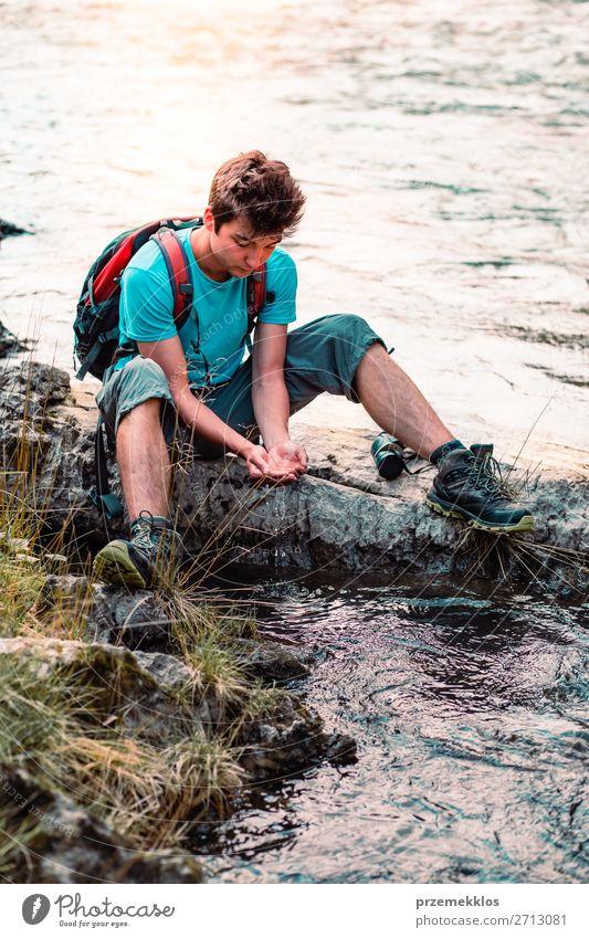Kleiner Junge nimmt reines Wasser aus einem Fluss. Körper Leben wandern Mensch Mann Erwachsene Hand Umwelt Natur See Tropfen frisch nass natürlich Sauberkeit