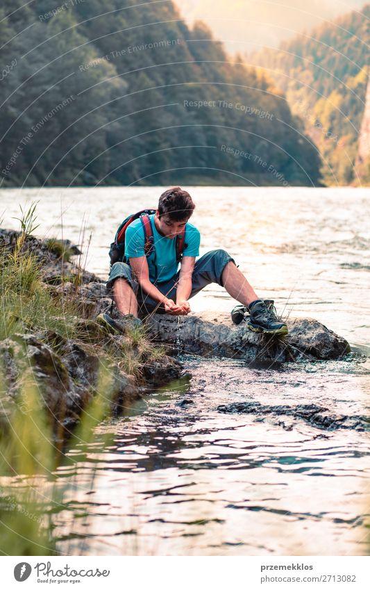 Kleiner Junge nimmt reines Wasser aus einem Fluss. Lifestyle Körper Leben Ferien & Urlaub & Reisen Tourismus Ausflug Abenteuer Sommer Berge u. Gebirge wandern
