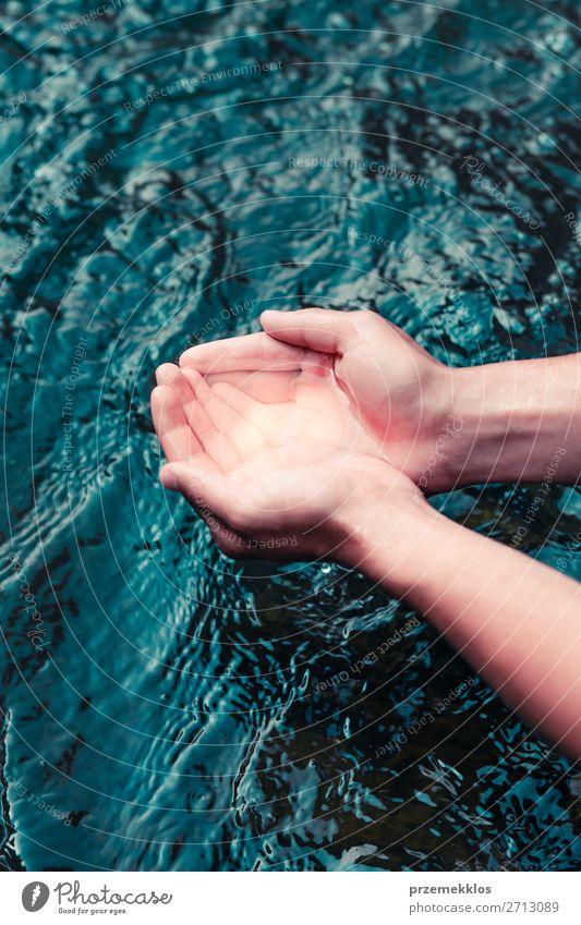 Kleiner Junge, der reines Wasser aus einem Fluss in den Händen nimmt. Körper Leben Mensch Mann Erwachsene Hand Umwelt Natur See Tropfen frisch nass natürlich