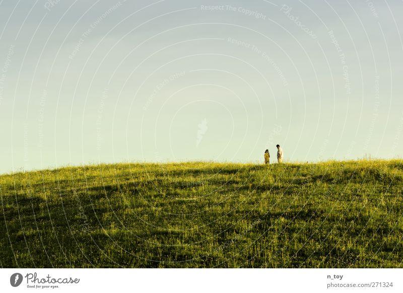 Talk... Mensch Frau Mann Natur blau grün Sonne Sommer Erwachsene Umwelt Landschaft Wiese feminin sprechen Glück Traurigkeit