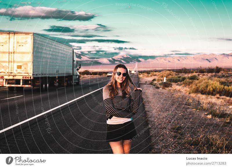 Mädchen in der Mojave-Wüste nahe der Route 66 in Kalifornien Ferien & Urlaub & Reisen Tourismus Ausflug Abenteuer Ferne Freiheit Expedition Sommer