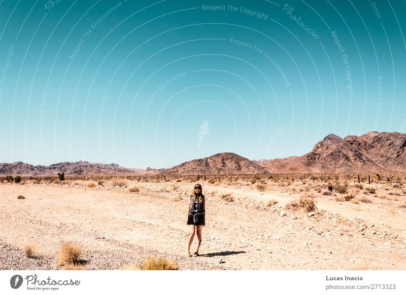 Mädchen in der Mojave-Wüste nahe der Route 66 in Kalifornien Ferien & Urlaub & Reisen Tourismus Sommer Berge u. Gebirge Garten Mensch feminin Junge Frau