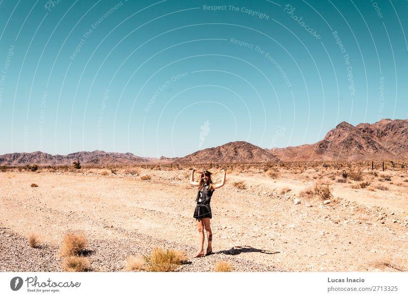 Mädchen in der Mojave-Wüste nahe der Route 66 in Kalifornien Ferien & Urlaub & Reisen Tourismus Sommer Mensch feminin Junge Frau Jugendliche Erwachsene 1 blond