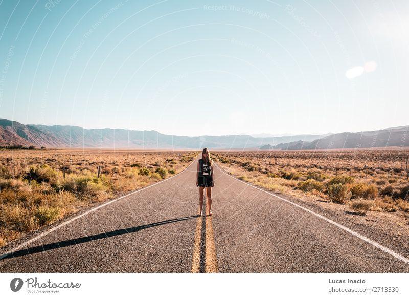 Mädchen in der Mitte der Route 66 Ferien & Urlaub & Reisen Tourismus Sommer Berge u. Gebirge Garten Mensch feminin Junge Frau Jugendliche Erwachsene 1 Umwelt