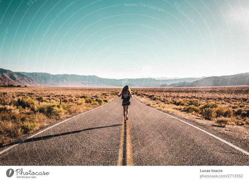 Mädchen in der Mitte der Route 66 Lifestyle Ferien & Urlaub & Reisen Tourismus Ausflug Abenteuer Freiheit Sightseeing Sommer Sommerurlaub Sonne Berge u. Gebirge