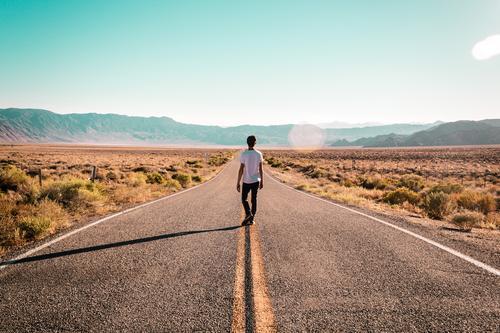 Junge in der Mitte der Route 66 Ferien & Urlaub & Reisen Tourismus Mensch maskulin Junger Mann Jugendliche Erwachsene 1 Fernweh Abenteuer Freiheit amerika