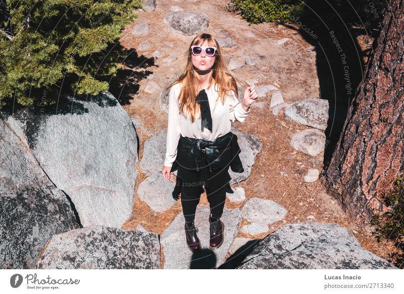 Mädchen in der Nähe eines Baumes, schaut auf die Kamera. Ferien & Urlaub & Reisen Tourismus Sommer Berge u. Gebirge Garten Mensch Junge Frau Jugendliche