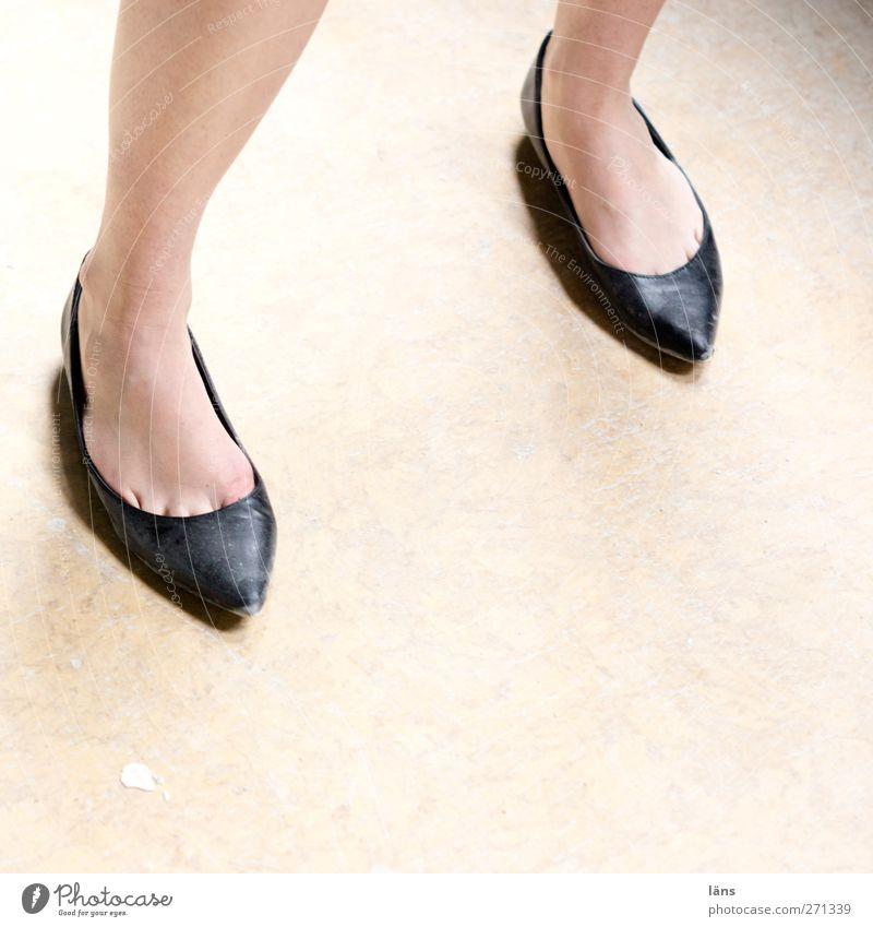 AST5 l und DAS ist erst der Anfang Mensch Frau Beine Fuß Schuhe stehen