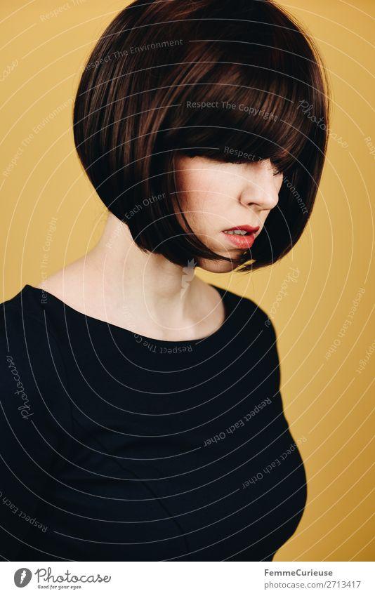 Brunette woman with short bob hairstyle feminin Frau Erwachsene 1 Mensch 18-30 Jahre Jugendliche 30-45 Jahre Haare & Frisuren Bob kurzhaarig Kurzhaarschnitt