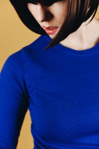 Brunette woman with short bob hairstyle Frau Mensch Jugendliche blau 18-30 Jahre Erwachsene gelb feminin Mode Haare & Frisuren Beautyfotografie Pullover