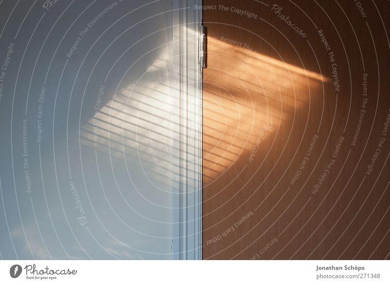 1:1 Mauer Wand ästhetisch braun weiß Nachmittagssonne Raum Strukturen & Formen Hälfte Schatten Schattenspiel Dachfenster Jalousie Geometrie minimalistisch Tür