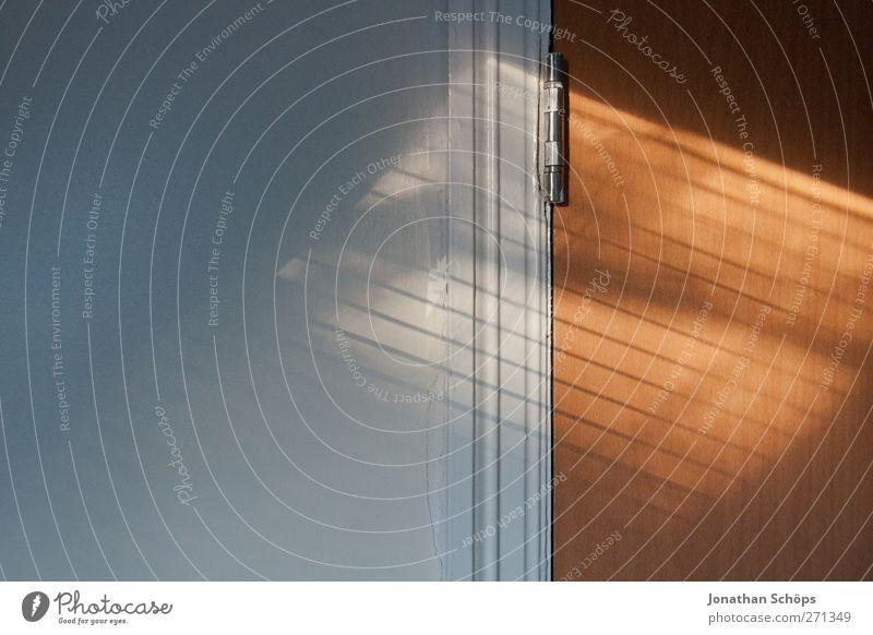 1:1.618 weiß Wand Mauer braun Tür Raum ästhetisch Ecke einfach Neigung harmonisch eckig Geometrie kahl gerade Schattenspiel