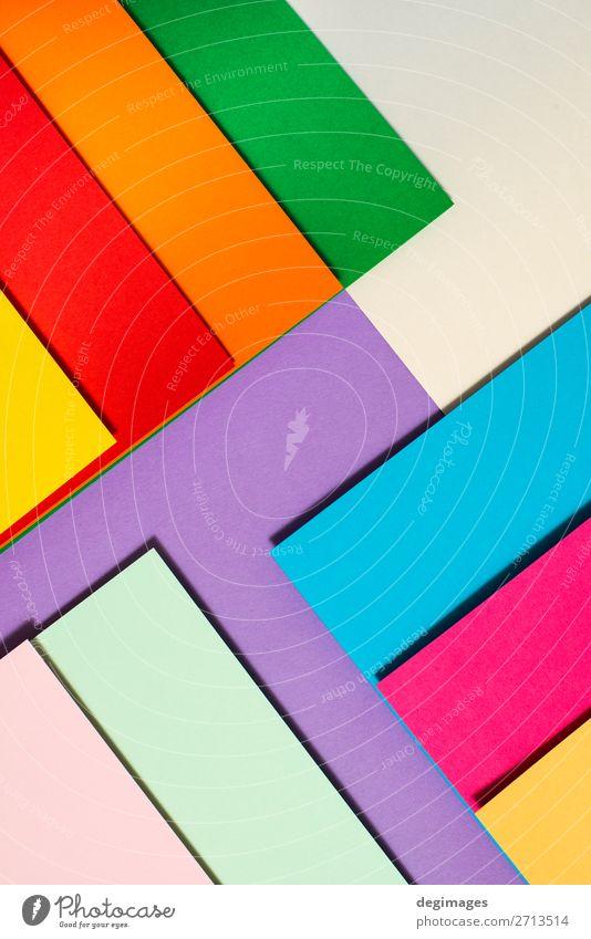 Buntes Design aus gefaltetem Papiermaterial. Tapete Handwerk Kunst Streifen blau gelb grün rosa Farbe farbenfroh Spektrum Regenbogen graphisch geometrisch