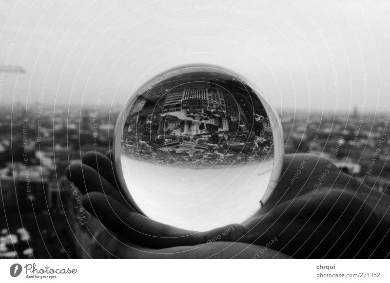 DIe Welt auf den Kopf stellen Stadt Hauptstadt Stadtzentrum Skyline Hochhaus Glas festhalten Blick außergewöhnlich schwarz weiß Kraft Macht Vertrauen Sicherheit