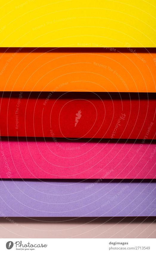 Buntes Design aus gefaltetem Papiermaterial. Farbspektrum. Tapete Handwerk Kunst Streifen blau gelb grün rosa Farbe farbenfroh Spektrum Regenbogen graphisch